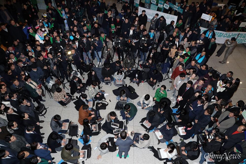 """돌아온 안철수 """"총선 안 나간다"""" 정계 복귀를 선언한 바른미래당 안철수 전 의원이 19일 귀국해 정치 활동을 본격 재개했다. 이날 인천국제공항에 도착한 안 전 의원은 """"총선 출마하지 않는다""""라고 밝혔다. 기자들에 둘러싸인 안 전 의원이 질문에 답하고 있다."""