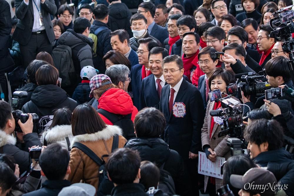 자유한국당 황교안 대표를 비롯한 당 지도부와 의원 등이 23일 오전 서울역에서 설날을 앞두고 귀성한는 시민들에개 인사를 하고 있다.