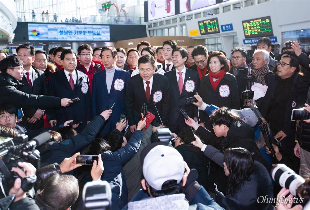 자유한국당 황교안 대표를 비롯한 당 지도부와 의원 등이 23일 오전 서울역에서 설날을 앞두고 귀성인사를 마치고 발언을 하고 있다.