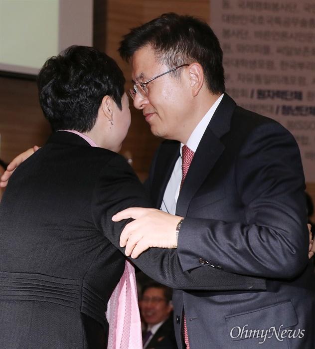 이언주 껴안은 황교안 미래통합당 황교안 대표와 이언주 의원이 17일 오후 서울 여의도 국회 의원회관에서 열린 미래통합당 출범식 '2020 국민 앞에 하나'에서 포옹하고 있다. 축사를 마친 이 의원이 연단에서 내려오자 황 대표가 자리에서 일어나 껴안았다.