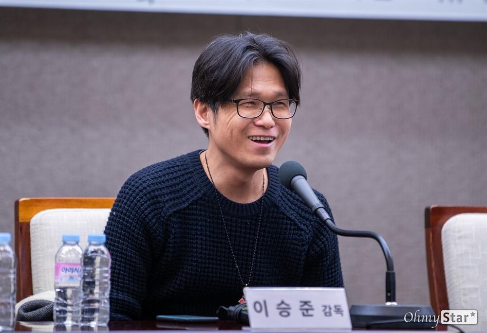 이승준 영화감독이 18일 오전 서울 프레스센터에서 아카데미 단편다큐 수상 후보에 올랐던 '부재의기억'에 대한 귀국보고 간담회를 열고 발언을 하고 있다.