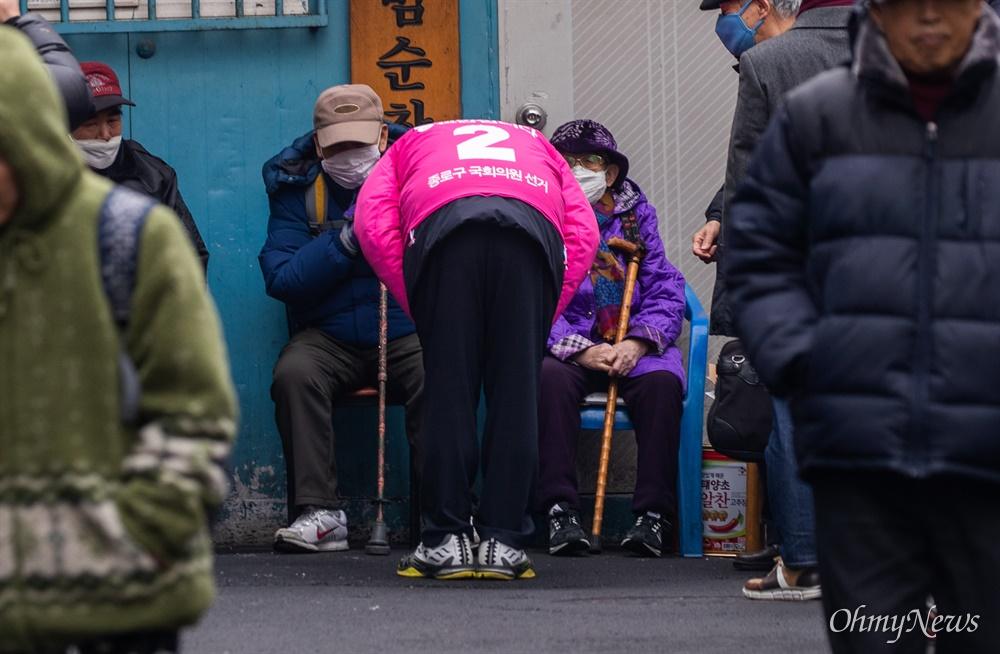 제21대 국회의원 종로 후보로 등록한 황교안 미래통합당 대표가 21일 오전 서울 종로구 낙원상가 옆 이발소 골목을 찾아 시민들과 인사를 하고 있다.