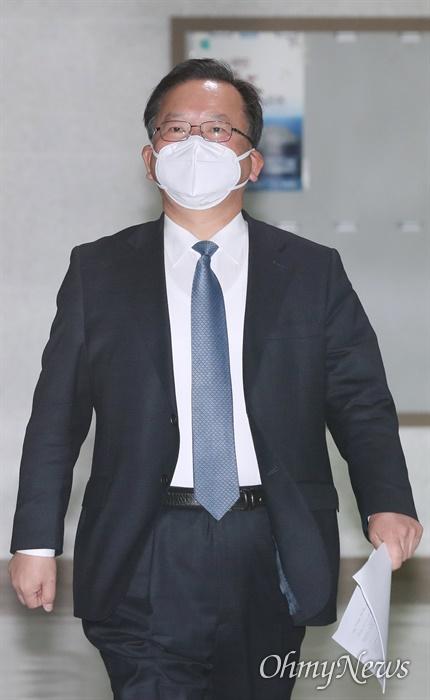 대구 수성구갑을 지역구로 둔 김부겸 더불어민주당 공동선대위원장이 마스크를 착용한 채 20일 오후 서울 여의도 국회에서 열린 선거대책위원회(선대위) 제1차 회의에 참석하고 있다.