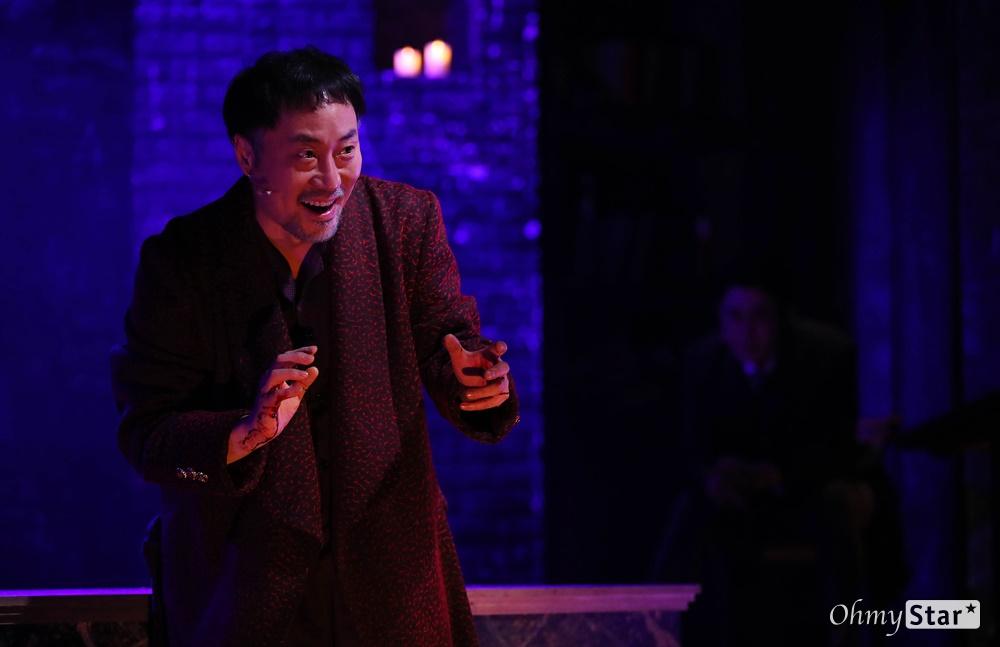 '브라더스 까라마조프' 무대화 된 도스토옙스키 소설 25일 오후 서울 대학로의 한 공연장에서 열린 뮤지컬 <브라더스 까라마조프> 프레스콜에서 하이라이트 장면이 시연되고 있다. <브라더스 까라마조프>는 러시아 대문호 도스토옙스키의 소설 '까라마조프가의 형제들'을 원작으로 한 창작 뮤지컬로 인간 내면에 숨겨진 모순과 욕망, 그리고 선과 악이 혼재하는 인간의 본성에 대한 이야기를 담은 작품이다. 5월 3일까지 대학로 자유극장.