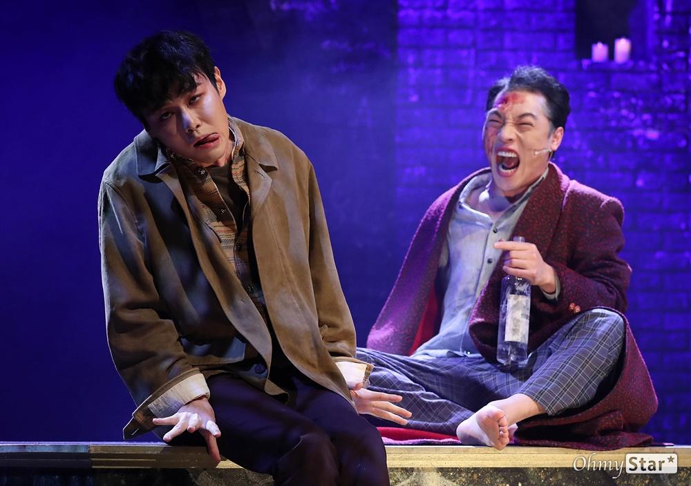 '브라더스 까라마조프' 폭발적인 열연 25일 오후 서울 대학로의 한 공연장에서 열린 뮤지컬 <브라더스 까라마조프> 프레스콜에서 하이라이트 장면이 시연되고 있다. <브라더스 까라마조프>는 러시아 대문호 도스토옙스키의 소설 '까라마조프가의 형제들'을 원작으로 한 창작 뮤지컬로 인간 내면에 숨겨진 모순과 욕망, 그리고 선과 악이 혼재하는 인간의 본성에 대한 이야기를 담은 작품이다. 5월 3일까지 대학로 자유극장.