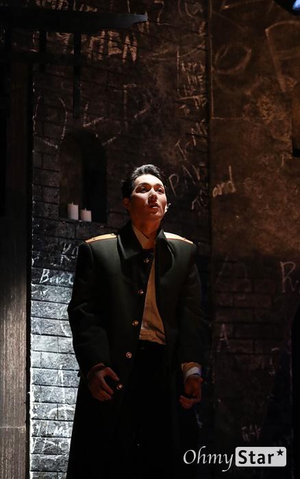 업그레이드된 '브라더스 까라마조프' 25일 오후 서울 대학로의 한 공연장에서 열린 뮤지컬 <브라더스 까라마조프> 프레스콜에서 하이라이트 장면이 시연되고 있다. <브라더스 까라마조프>는 러시아 대문호 도스토옙스키의 소설 '까라마조프가의 형제들'을 원작으로 한 창작 뮤지컬로 인간 내면에 숨겨진 모순과 욕망, 그리고 선과 악이 혼재하는 인간의 본성에 대한 이야기를 담은 작품이다. 5월 3일까지 대학로 자유극장.