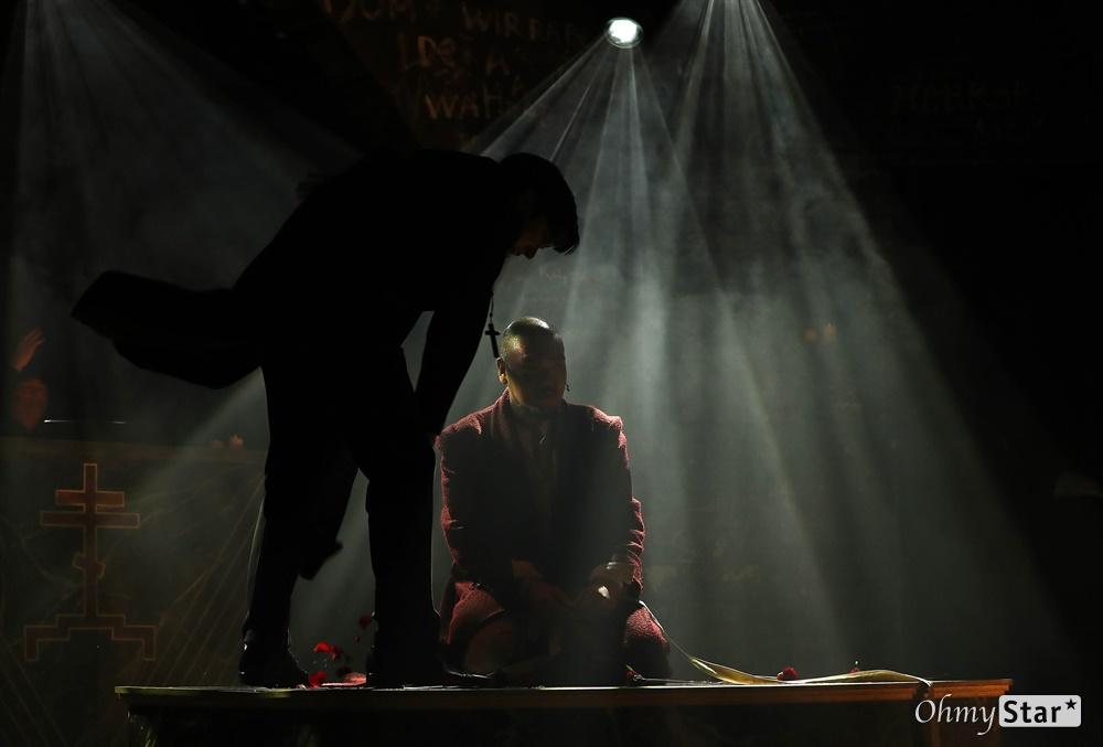 '브라더스 까라마조프' 다시 태어난 까라마조프가의 형제들 25일 오후 서울 대학로의 한 공연장에서 열린 뮤지컬 <브라더스 까라마조프> 프레스콜에서 하이라이트 장면이 시연되고 있다. <브라더스 까라마조프>는 러시아 대문호 도스토옙스키의 소설 '까라마조프가의 형제들'을 원작으로 한 창작 뮤지컬로 인간 내면에 숨겨진 모순과 욕망, 그리고 선과 악이 혼재하는 인간의 본성에 대한 이야기를 담은 작품이다. 5월 3일까지 대학로 자유극장.