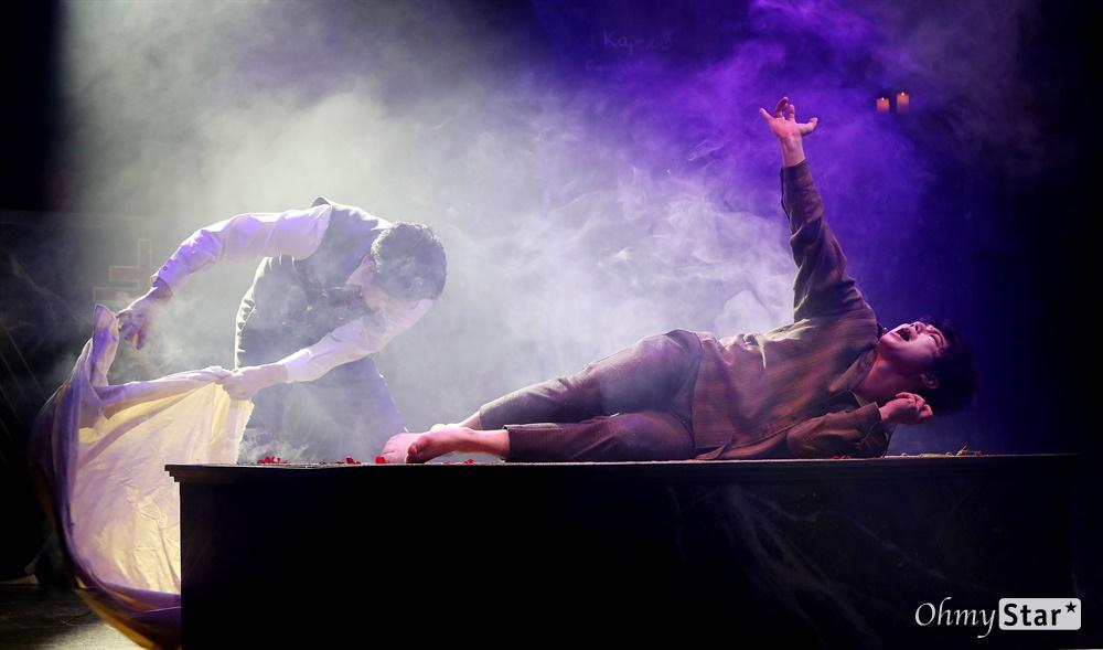 '브라더스 까라마조프' 인간 내면의 선과 악! 25일 오후 서울 대학로의 한 공연장에서 열린 뮤지컬 <브라더스 까라마조프> 프레스콜에서 하이라이트 장면이 시연되고 있다. <브라더스 까라마조프>는 러시아 대문호 도스토옙스키의 소설 '까라마조프가의 형제들'을 원작으로 한 창작 뮤지컬로 인간 내면에 숨겨진 모순과 욕망, 그리고 선과 악이 혼재하는 인간의 본성에 대한 이야기를 담은 작품이다. 5월 3일까지 대학로 자유극장.