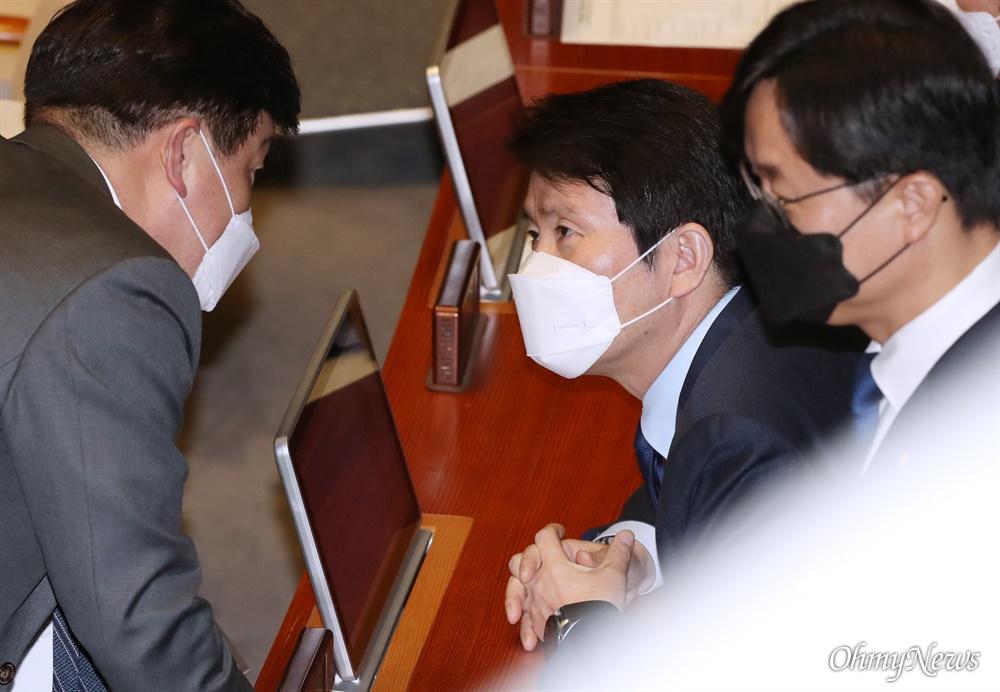 마스크 쓴 이인영  더불어민주당 이인영 원내대표가 26일 오후 서울 여의도 국회에서 열린 본회의에 마스크를 착용하고 참석해 있다.