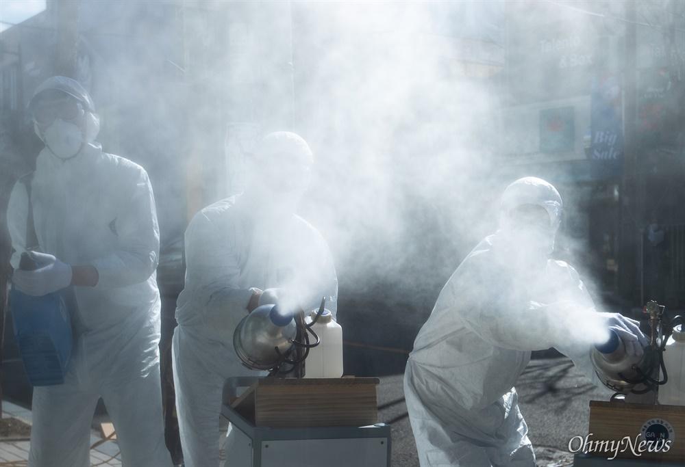 27일 오후 서울 송파구 문정동 로데오거리에서 코로나19 감염 예방을 위해 송파구청에서 방역작업을 하고 있다.