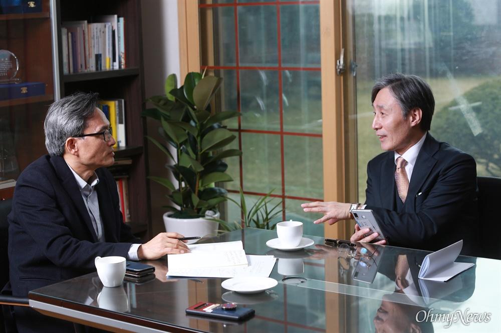 오연호 오마이뉴스 대표기자와 변상욱 YTN앵커 대담.