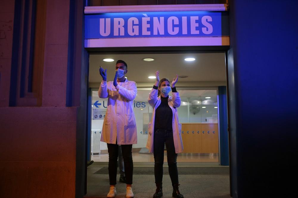 주민 격려에 화답하는 바르셀로나의 코로나19 의료진 스페인 바르셀로나 의료진이 16일(현지시간) 집에서 격려를 보내는 주민들에게 화답하고 있다. 스페인은 이날 신종 코로나바이러스 감염증(코로나19) 확산 방지를 위한 엄격한 국경 통제 조치를 시행했다. 페르난도 그란데말라스카 내무장관은 17일 자정부터 스페인 국적자 및 정부로부터 거주 허가를 받은 사람, 국경을 넘어 출퇴근하는 직장인, 불가항력을 입증할 수 있는 사람만 입국을 허용키로 했다.