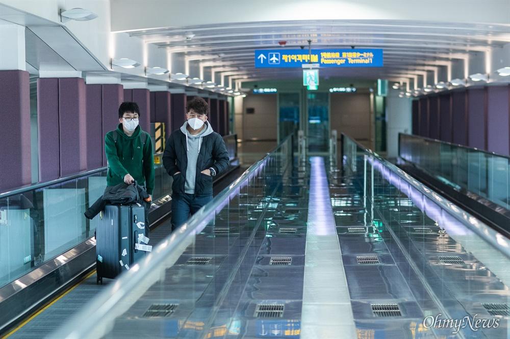 19일 오후 인천국제공항 제1터미널에서 여행객들이  코로나 예방을 위해 마스크를 착용하고 있다.