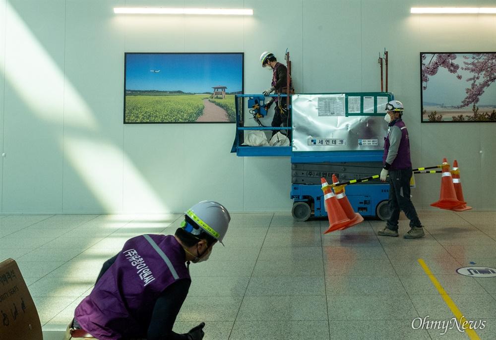 19일 오후 인천국제공항 제1터미널에서 인부들이  코로나 예방을 위해 마스크를 착용하고 일을 하고 있다.