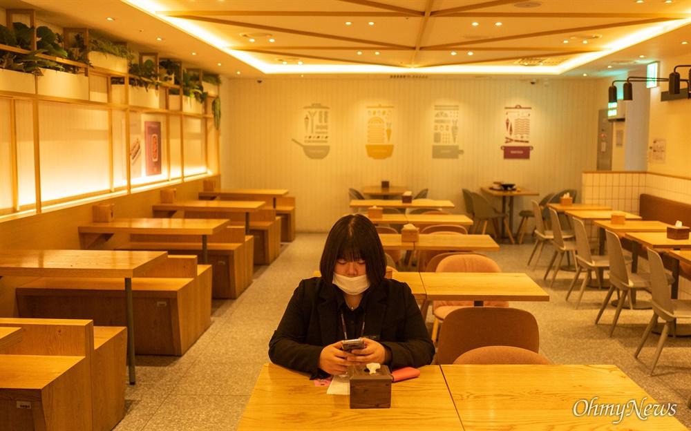 19일 오후 인천국제공항 제1터미널 한 식당에서 손님이 마스크를 쓰고 음식을 기다리고 있다.