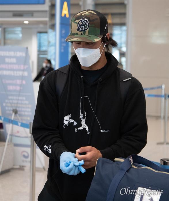삼성라이온즈 타일러 살리디노 입국 삼성라이온즈의 외국인 선수 타일러 살리디노가 24일 오후 인천국제공항 제2여객터미널을 통해 입국하며 '코로나19'에 대비해 착용한 라텍스 장갑을 벗고 있다.