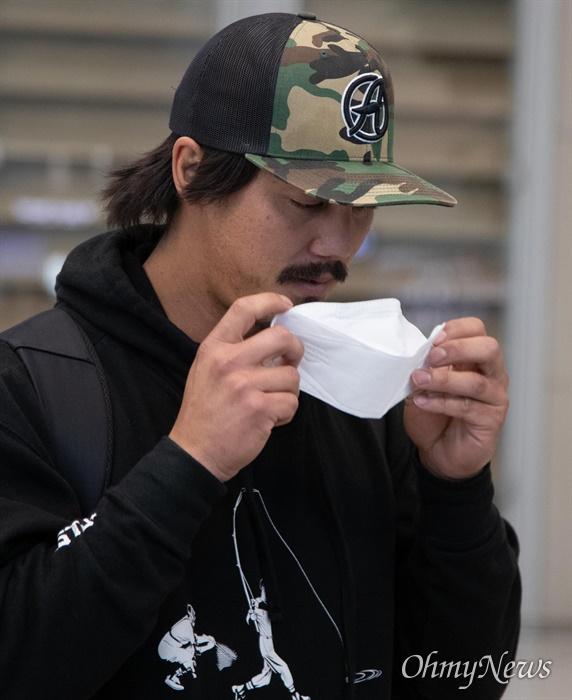 삼성라이온즈 타일러 살리디노 입국 삼성라이온즈의 외국인 선수 타일러 살리디노가 24일 오후 인천국제공항 제2여객터미널을 통해 입국하며 '코로나19'에 대비해 마스크를 쓰고 있다.