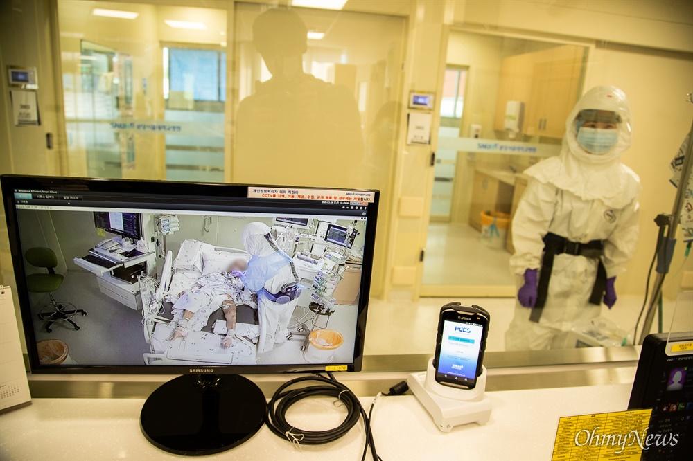 분당서울대병원 39 감염관리병동 스테이션에서 CCTV를 통해 병실 및 병동 모든 곳을 확인 할 수 있다.