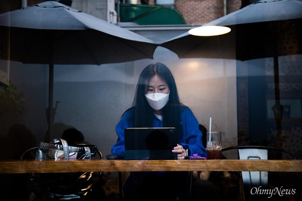서강대 대학원에 재학중인 석자영씨가 23일 오후 서울 금천구에 있는 카페에서 태블릿PC를 이용해 온라인 강의를 듣고 있다.