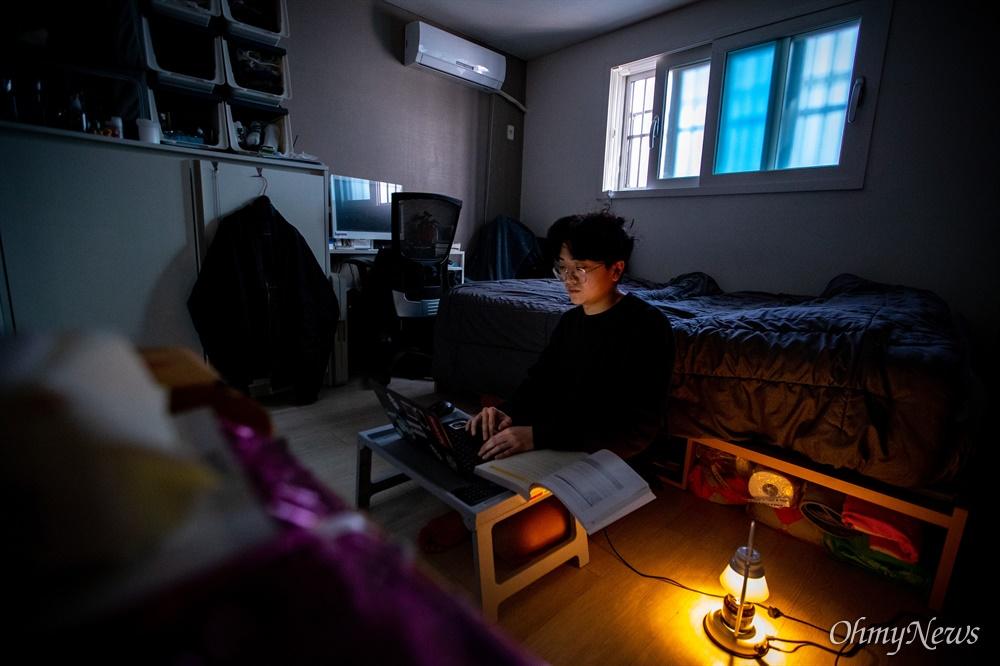 국민대 공대에 재학중인 신준일 (가명)씨가 23일 오후 서울 성북구에 있는 자취방에서 온라인 강의를 듣고 있다.