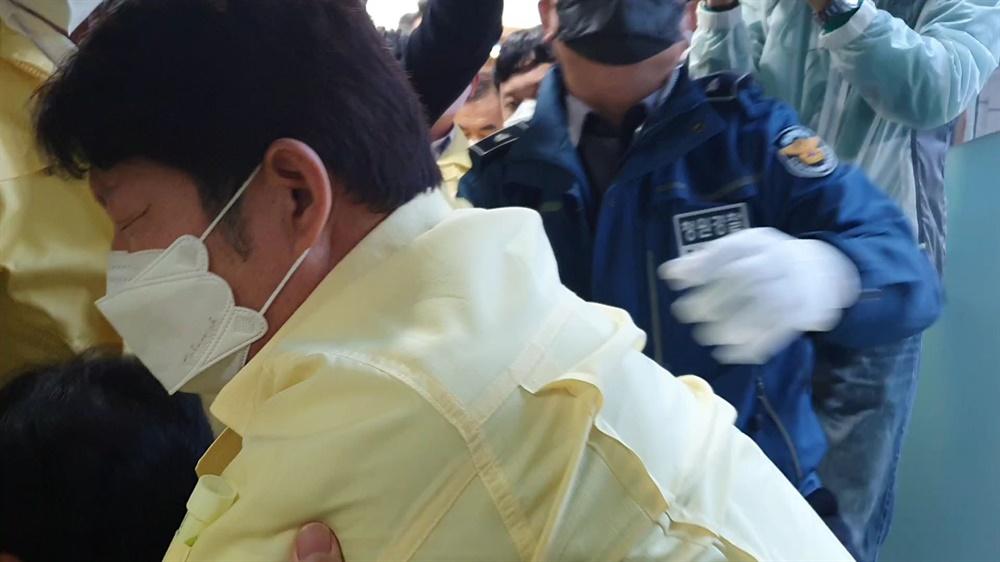 26일 오후 대구시의회 본회의에 출석한 후 회의장에서 나온 권영진 대구시장이 쓰러졌다.(사진제공: 뉴스민)