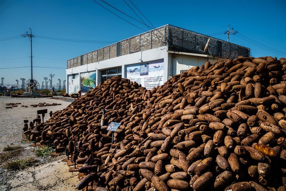 매향리 역사관 야외에 전시된 포탄들
