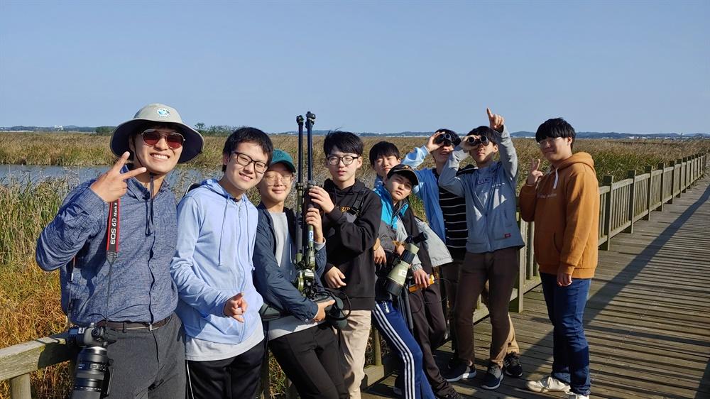 2019년 10월 방과후 대안학교 '그물코학교' 친구들과 화성습지 탐방. 왼쪽 끝이 정한철 화성환경운동연합 교육국장.
