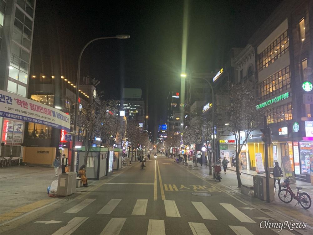 """지난 3월 27일 금요일 오후 8시 30분께 서울 신촌동 거리 사진이다. 신촌로 일대가 한산하다. 사진을 촬영한 이승우(27)씨는 """"작년 3월에 비하면 정말 사람이 줄었다""""고 했다."""