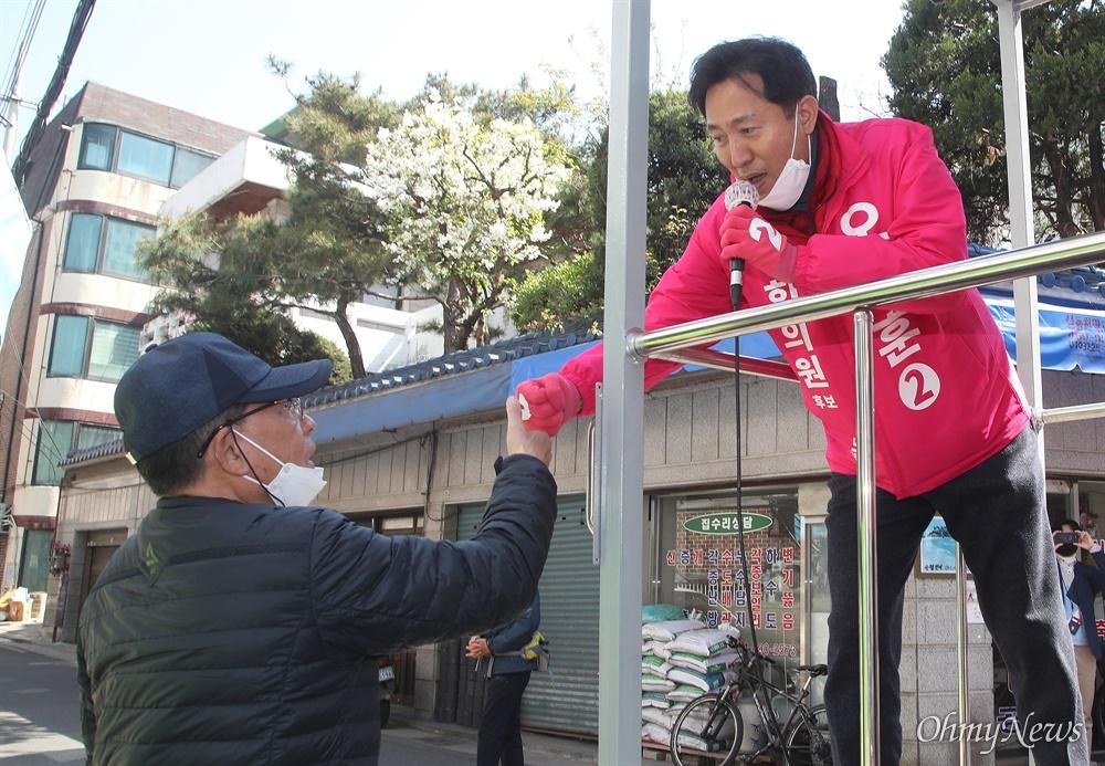 제21대 국회의원선거 서울 광진구(을)에 출마한 오세훈 미래통합당 후보가 6일 오전 서울 광진구 구의역 인근에서 유권자들에게 지지를 호소하며 주먹인사를 나누고 있다.