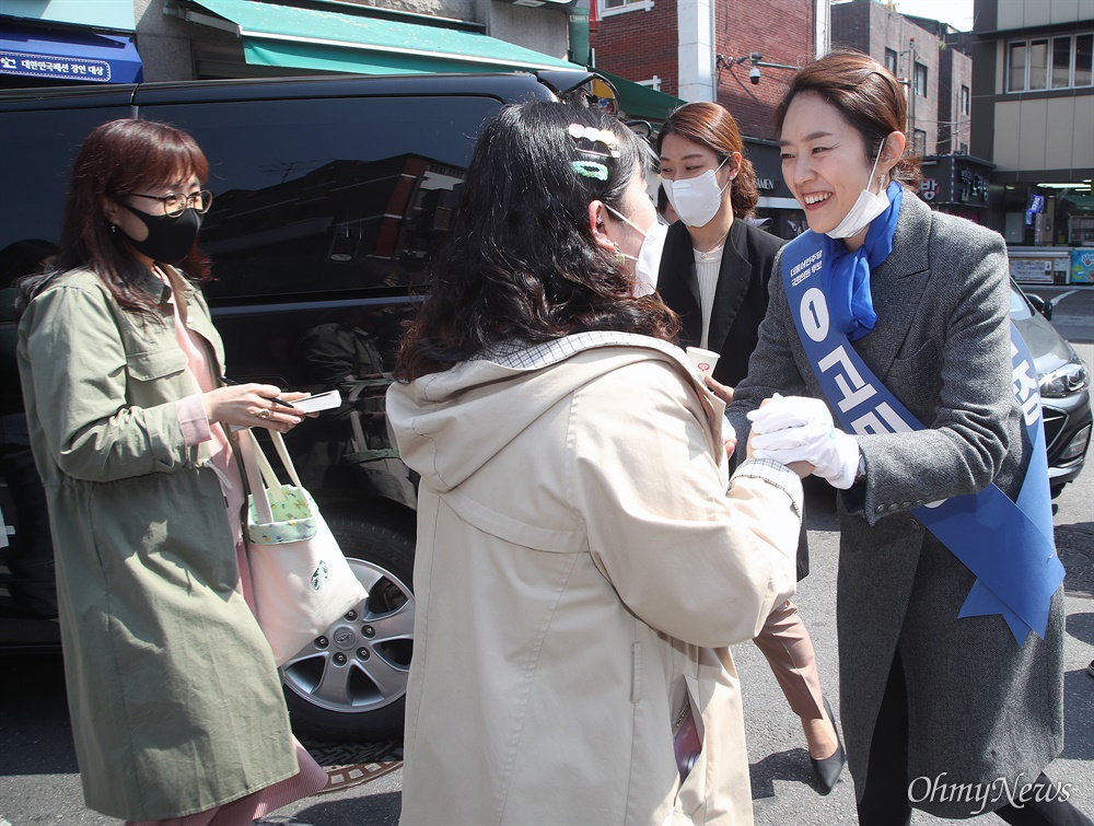 제21대 국회의원선거 서울 광진구(을)에 출마한 고민정 더불어민주당 후보가 6일 오후 서울 광진구 구의역 인근에서 유권자들에게 지지를 호소하며 인사를 나누고 있다.