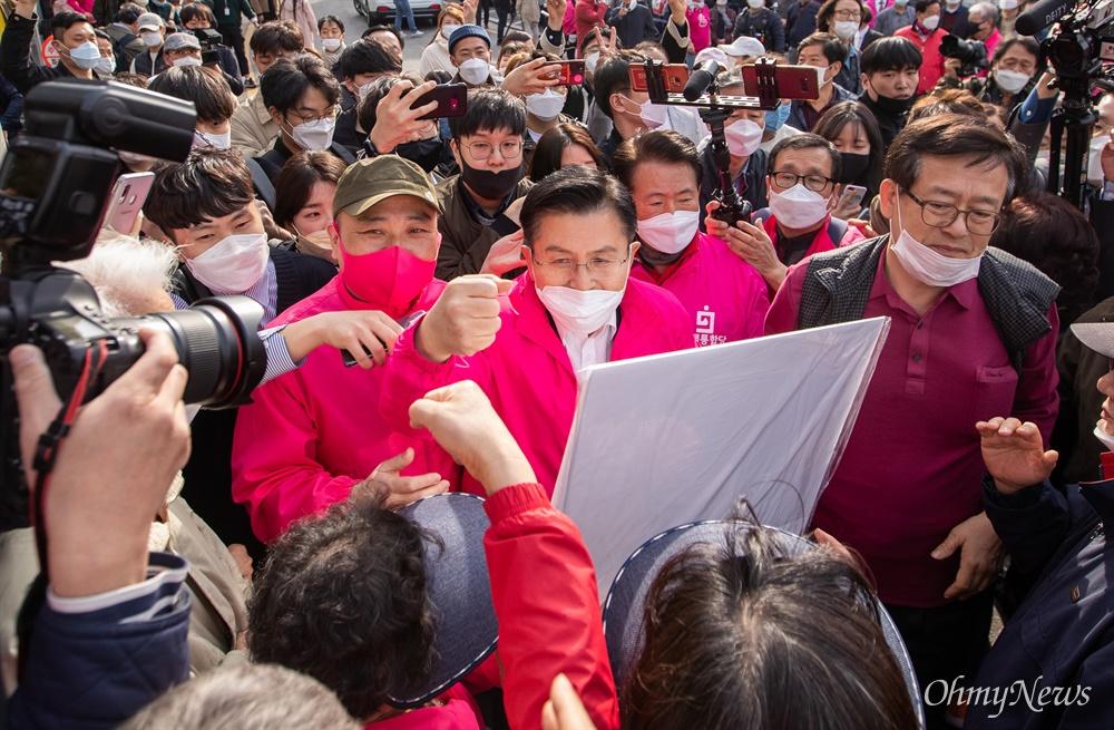 종로에 출마한 미래통합당 황교안 후보가 6일 오후 서울