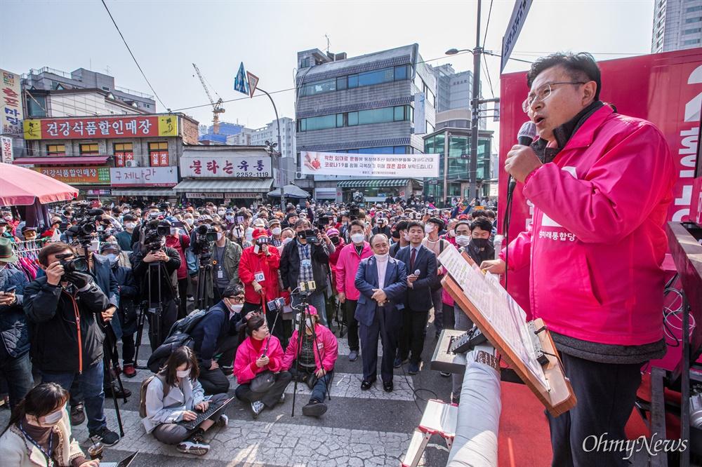 종로에 출마한 미래통합당 황교안 후보가 7일 오후 서울 종로구 동묘시장 입구에서 유세를 하고 있다