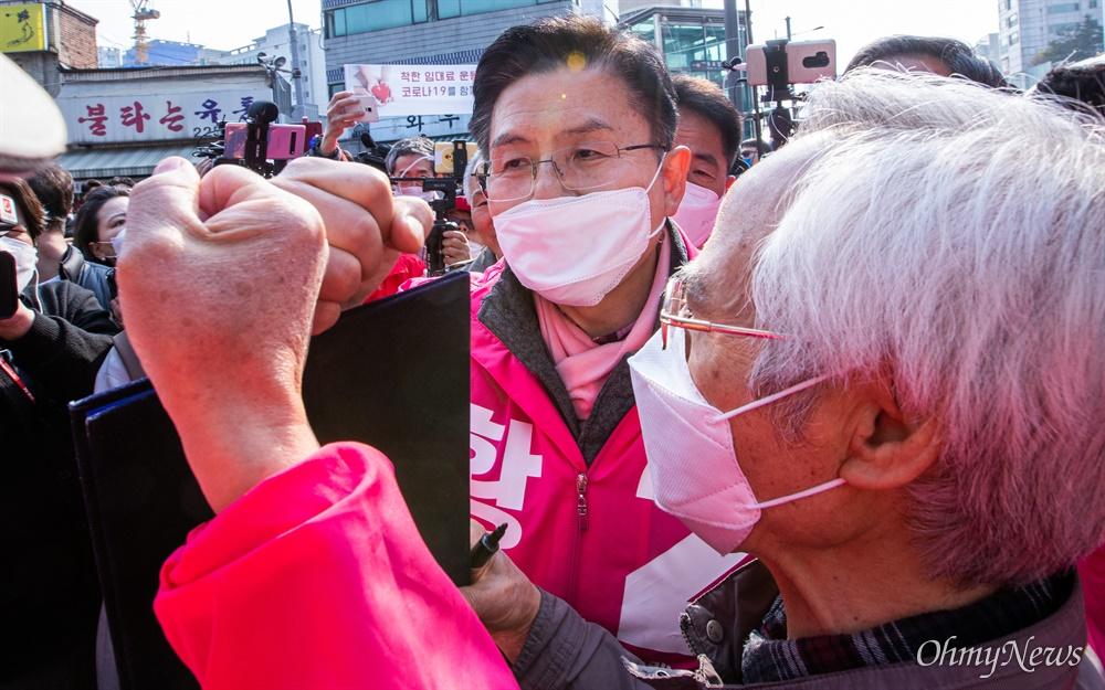 코로나19로 인해 '고강도 사회적 거리두기'가 시행되고 있는 7일 오후 서울 종로구 동묘시장 입구에서 종로에 출마한 미래통합당 황교안 후보가의 유세를 끝내고 많은 인파에 둘러 싸여 지지자와 인사를 하고 있다.