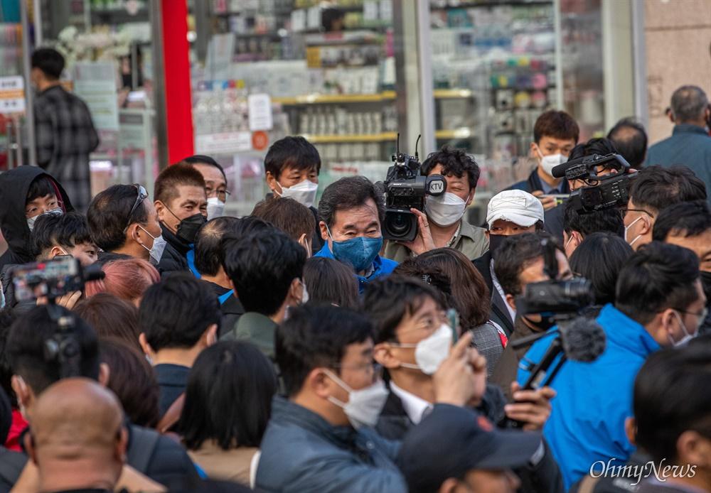 종로에 출마한 더불어민주당 이낙연 후보가 7일 오후 서