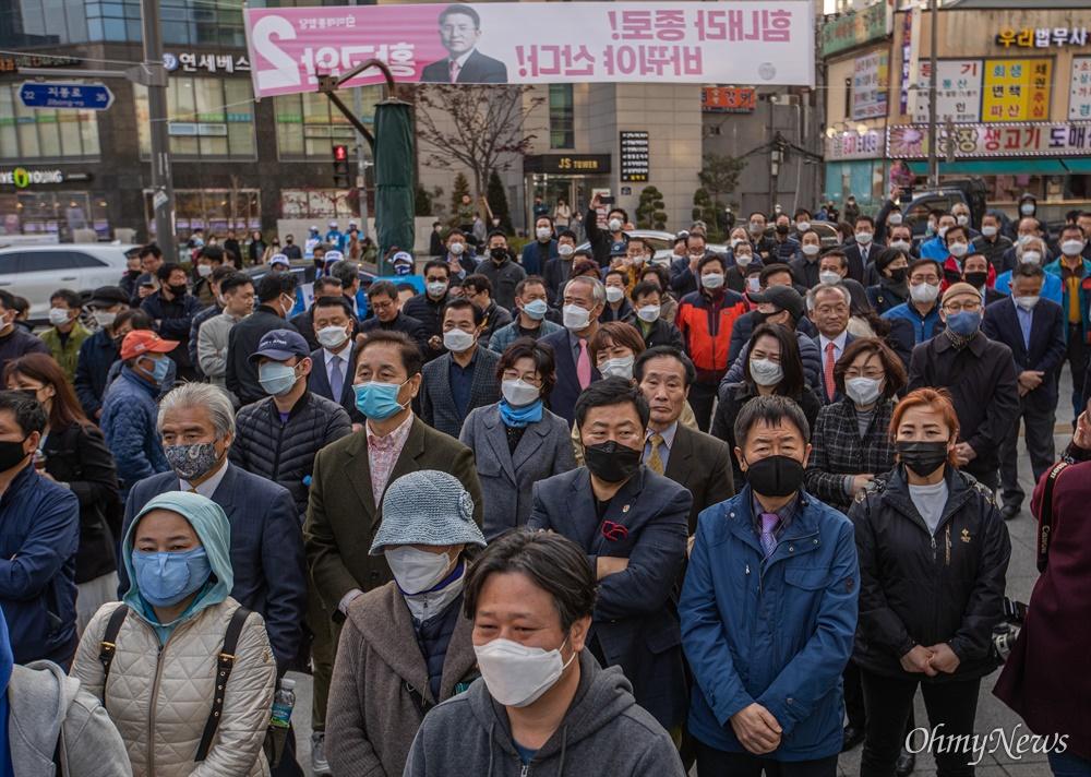 코로나19로 인해 '고강도 사회적 거리두기'가 시행되고 있는 7일 오후 서울 종로구 동묘앞역에서 종로에 출마한 더불어민주당 이낙연 후보가의 유세를 하는 동안 지지자들이 마스크를 쓰고 연설을 듣고 있다.