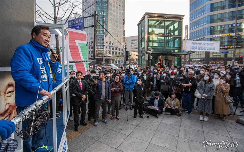종로에 출마한 더불어민주당 이낙연 후보가 7일 오후 서울 종로구 동묘앞역에서 유세를 하고 있다.
