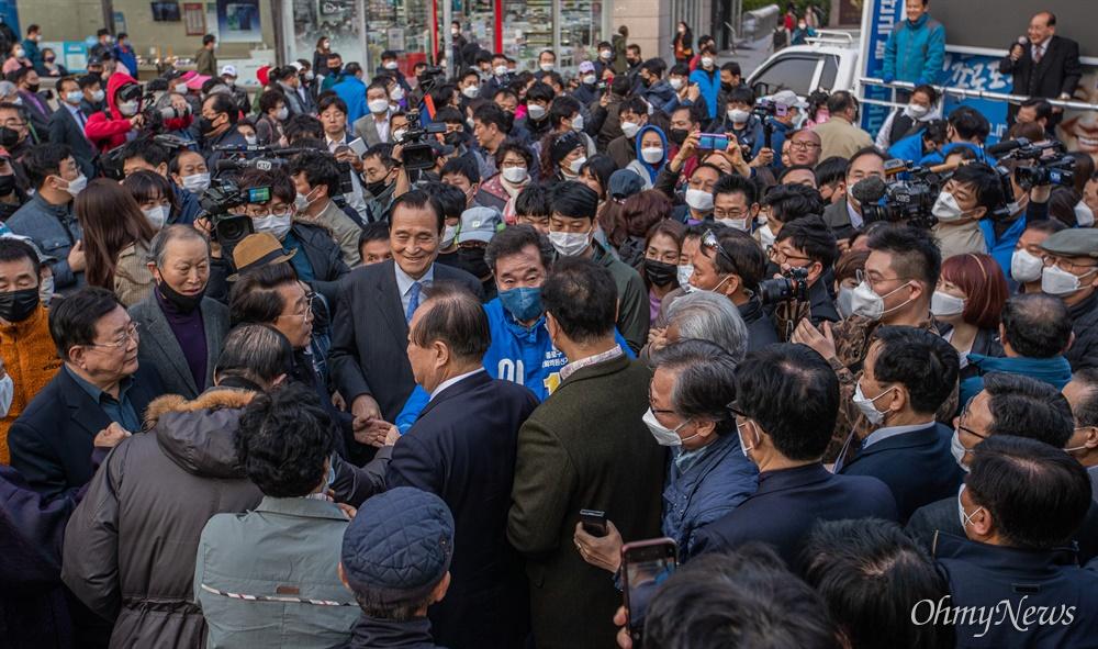 종로에 출마한 더불어민주당 이낙연 후보가 7일 오후 서울 종로구 동묘앞역에서 유세를 마치고 인사를하며 자리를 떠나고 있다.