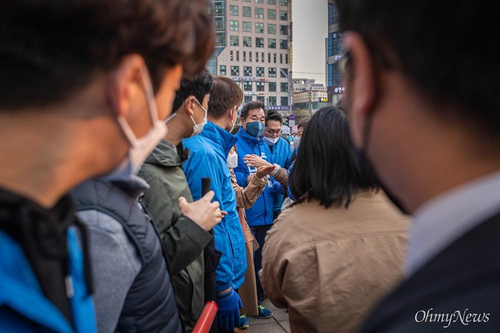 종로에 출마한 더불어민주당 이낙연 후보가 7일 오후 서울 종로구 동묘앞역에서 유세를 마치고 서둘러 자리를 떠나고 있다.