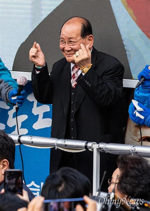 종로에 출마한 더불어민주당 이낙연 후보가 7일 오후 서울 종로구 동묘앞역에서 유세를 마치자  KBS <전국노래자랑>을 통해 '할담비(할아버지 손담비)'로 유명해진 지병수씨가 이낙연 후보 지지를 위해 인사 하고 있다.