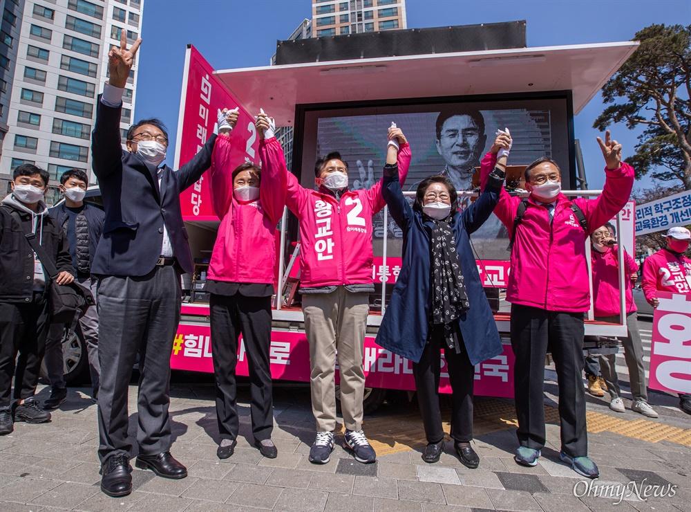 종로에 출마한 미래통합당 황교안 후보가 9일 오전 서울