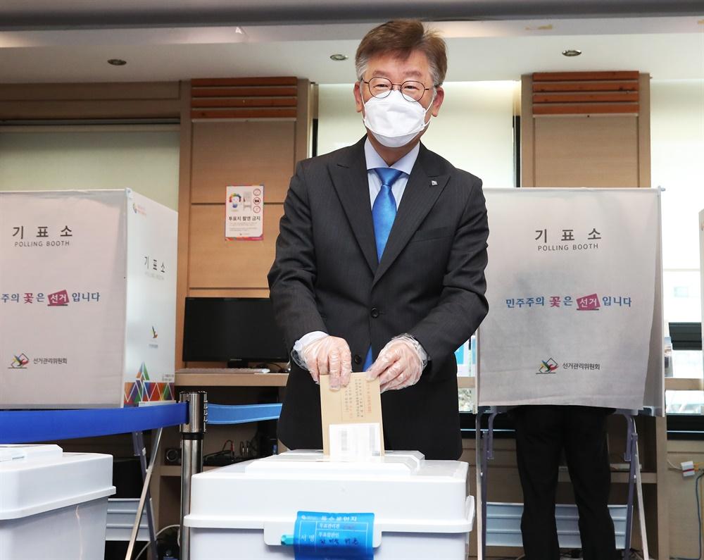 사전투표하는 이재명 경기지사