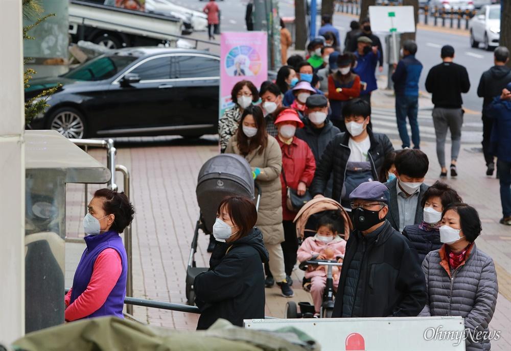 21대 총선 사전투표가 시작된 10일 오후 서울 동작구
