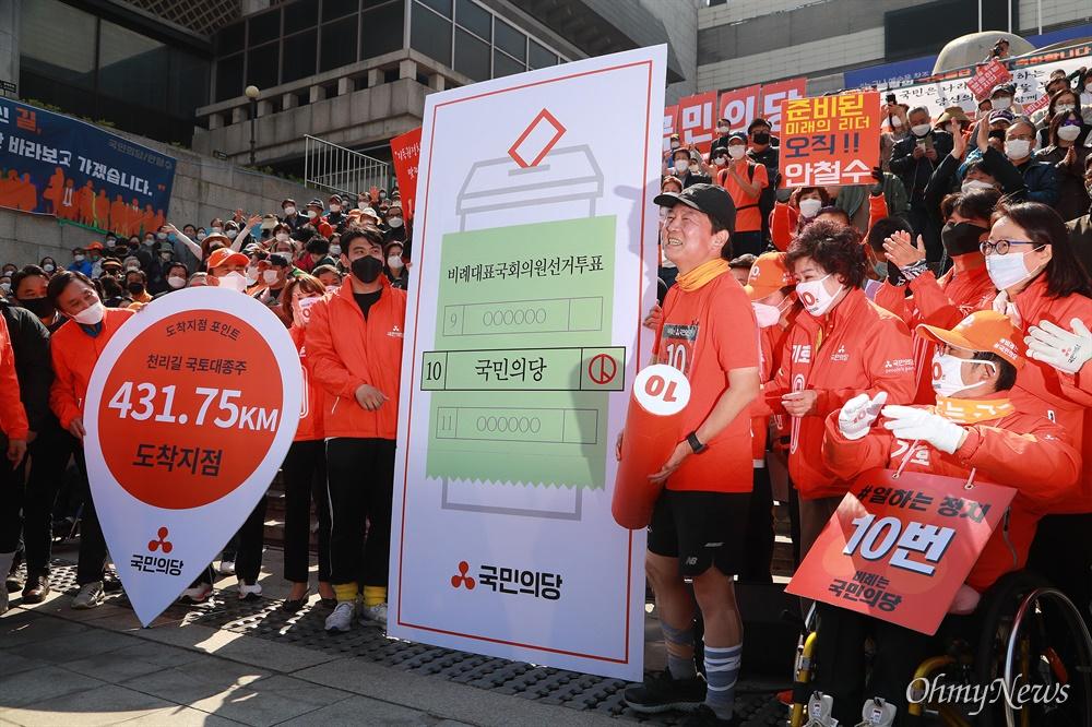 안철수 국민의당 대표가 14일 오후 서울 세종문화회관앞