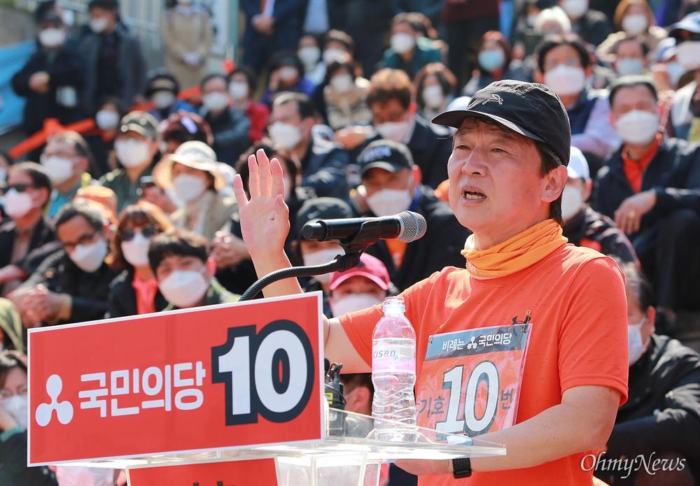 안철수 국민의당 대표가 14일 오후 서울 세종문화회관앞에서 전남 여수를 출발해 서울까지 431.75km 천리길 국토대종주를 마치며 기자회견을 하고 있다.