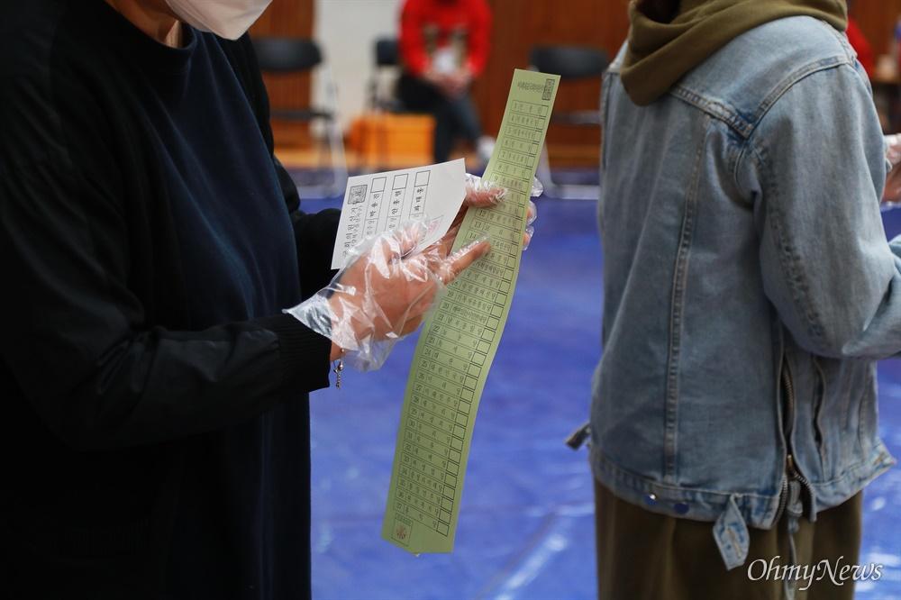 21대 총선 투표일인 15일 오전 서울 강북구 번동초등