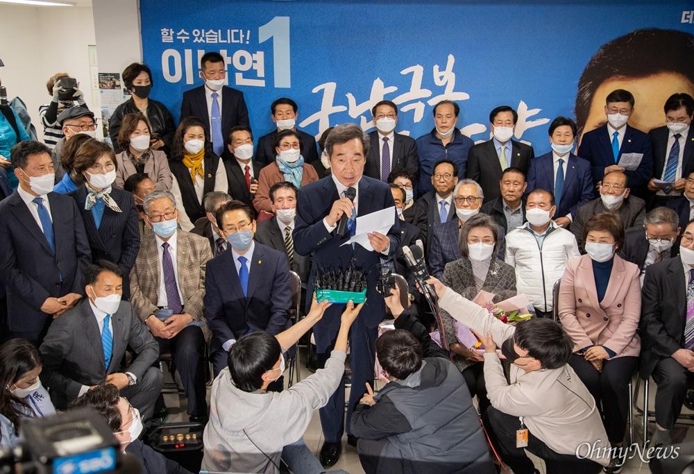 제 21대 총선 종로 국회의원에 출마한 이낙연 후보가 15일 오후 서울 종로구 선거캠프에서 당선이 확실해 지자 소감을 발표하고 있다.