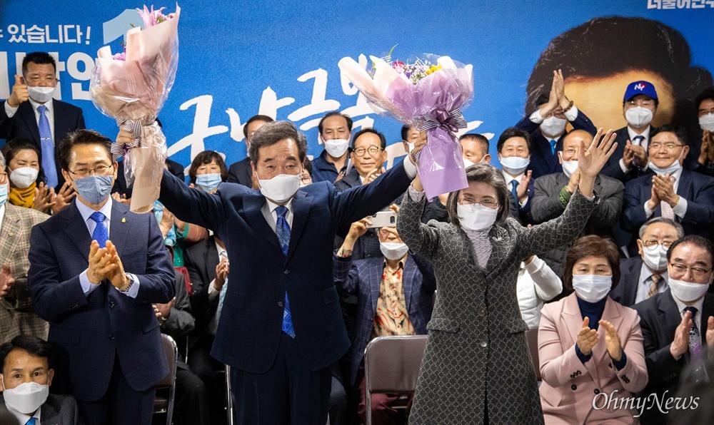 축하 꽃다발 든 이낙연 후보 제 21대 총선 종로 국회의원에 출마한 이낙연 후보가 15일 오후 서울 종로구 선거캠프에서 당선이 확실해 지자 지지자들에게 인사를 하고 있다.