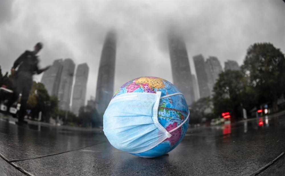 중국 광둥성 광저우 거리에 '지구의 날'인 22일 마스크가 씌워진 지구본이 놓여 있다.