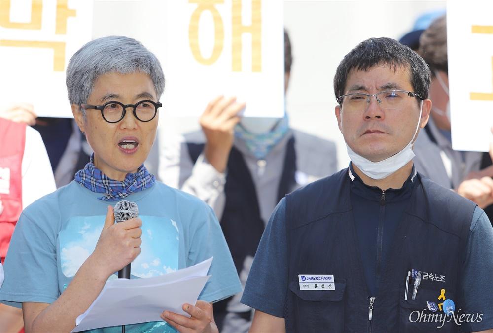 """"""" 한진중공업 영도조선소의 마지막 해고자인 김진숙 민주노총 부산본부 지도위원이 23일 공장 앞에서 입장을 발표하고 있다. 그는 4명의 열사가 목숨을 바쳐야 했던 영도조선소로 반드시 돌아가겠다고 각오를 밝혔다."""