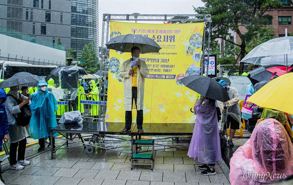 24일 오후 옛 일본대사관 터 앞에서 극우단체에게 집회 우선신고가 밀려 장소를 뺏긴 채 정기수요시위가 열리고 있다.